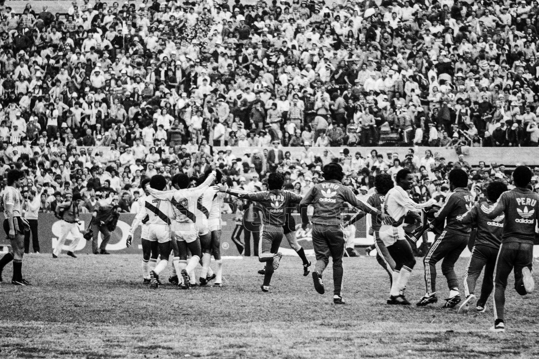 Montevideo, Uruguay - 23 agosto 1981 / Perú alcanzó la punta del Grupo 2 de las eliminatorias sudamericanas  para el Mundial de España 82 al vencer a Uruguay por 2-1 y quedó a sólo un punto de clasificar. Los jugadores peruanos celebran en el mítico estadio Centenario.Foto: Archivo El Peruano/ Rómulo Luján