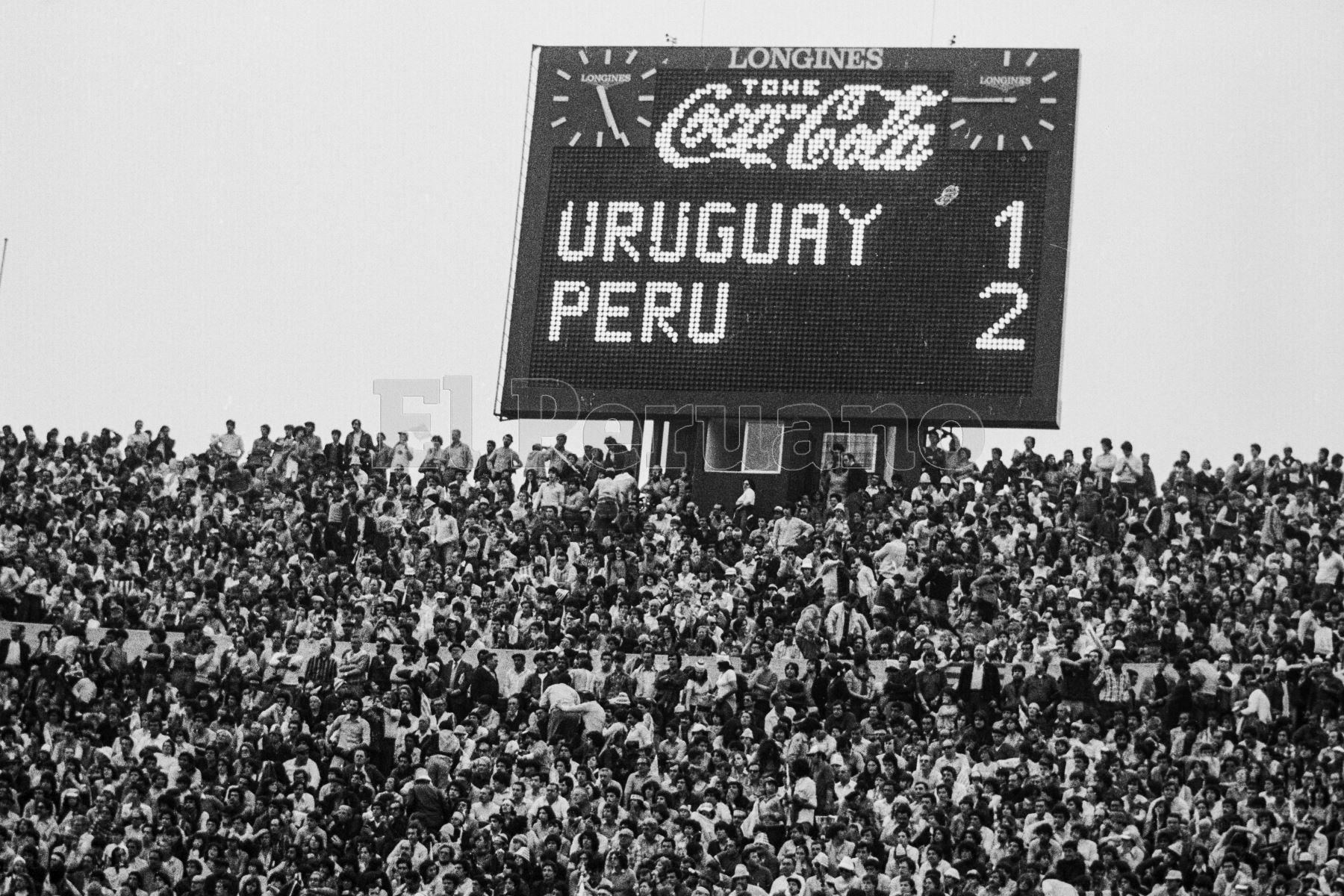 Montevideo, Uruguay - 23 agosto 1981 / Perú alcanzó la punta del Grupo 2 de las eliminatorias sudamericanas  para el Mundial de España 82 al vencer a Uruguay de visita. El marcador del mitico estadio Centenario refleja el marcador final de 2-1.Foto: Archivo El Peruano/ Rómulo Luján
