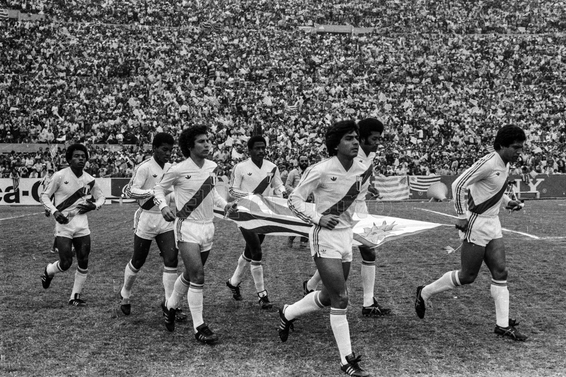 Montevideo, Uruguay - 23 agosto 1981 / Salida de la selección peruana de fútbol al campo del estadio Cenetario. Perú alcanzó la punta del Grupo 2 de las eliminatorias sudamericanas al vencer a Uruguay por 2-1 de visita y quedó a solo un punto de clasificar al Mundial de España 82. Foto: Archivo El Peruano/ Rómulo Luján