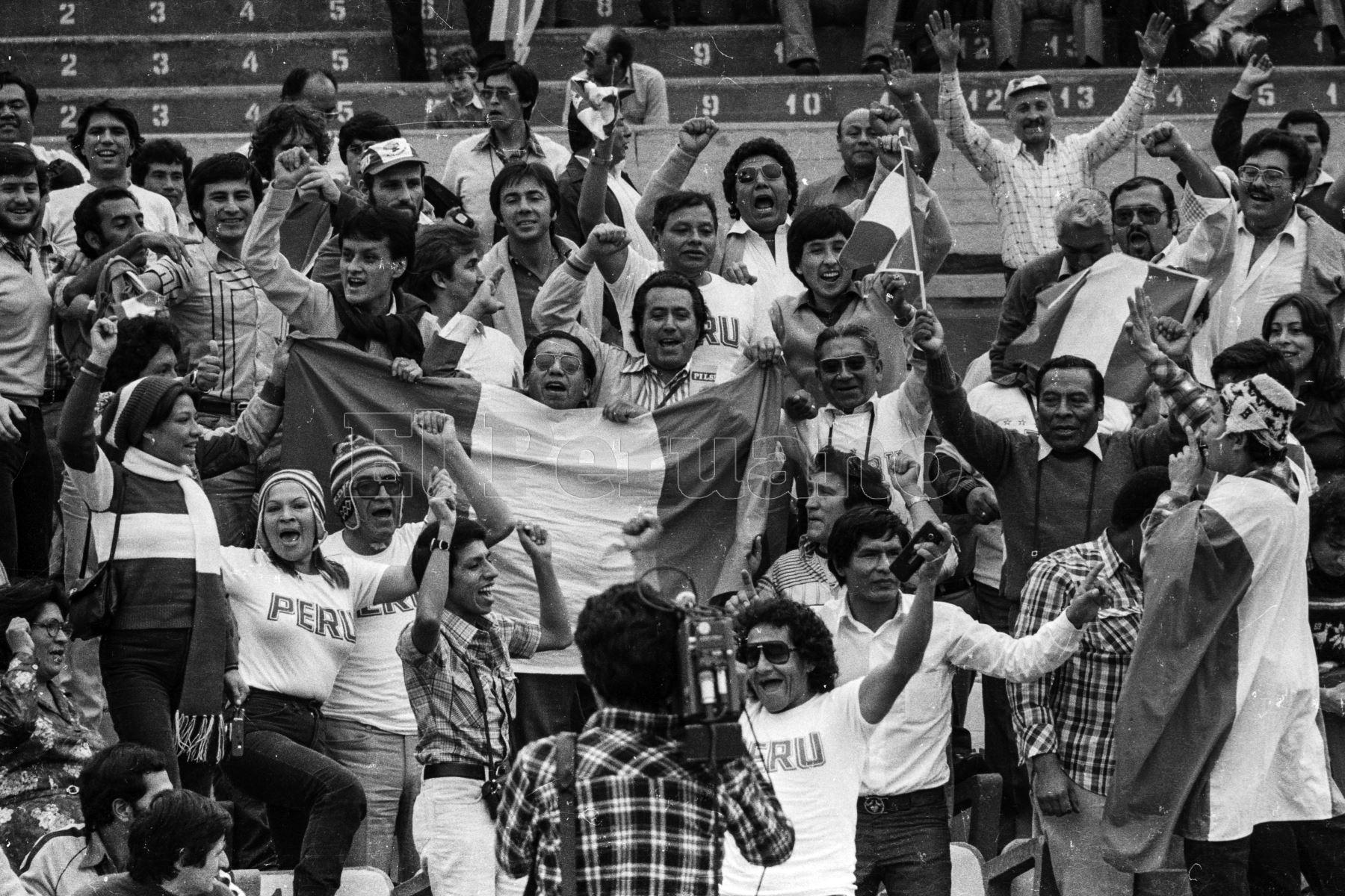 Montevideo, Uruguay - 23 agosto 1981 / Hinchas peruanos alientan a su selección que hoy alcanzó la punta del Grupo 2 de las eliminatorias sudamericanas  para el Mundial de España 82 al vencer a Uruguay por 2-1 en el estadio Centenario.Foto: Archivo El Peruano/ Rómulo Luján