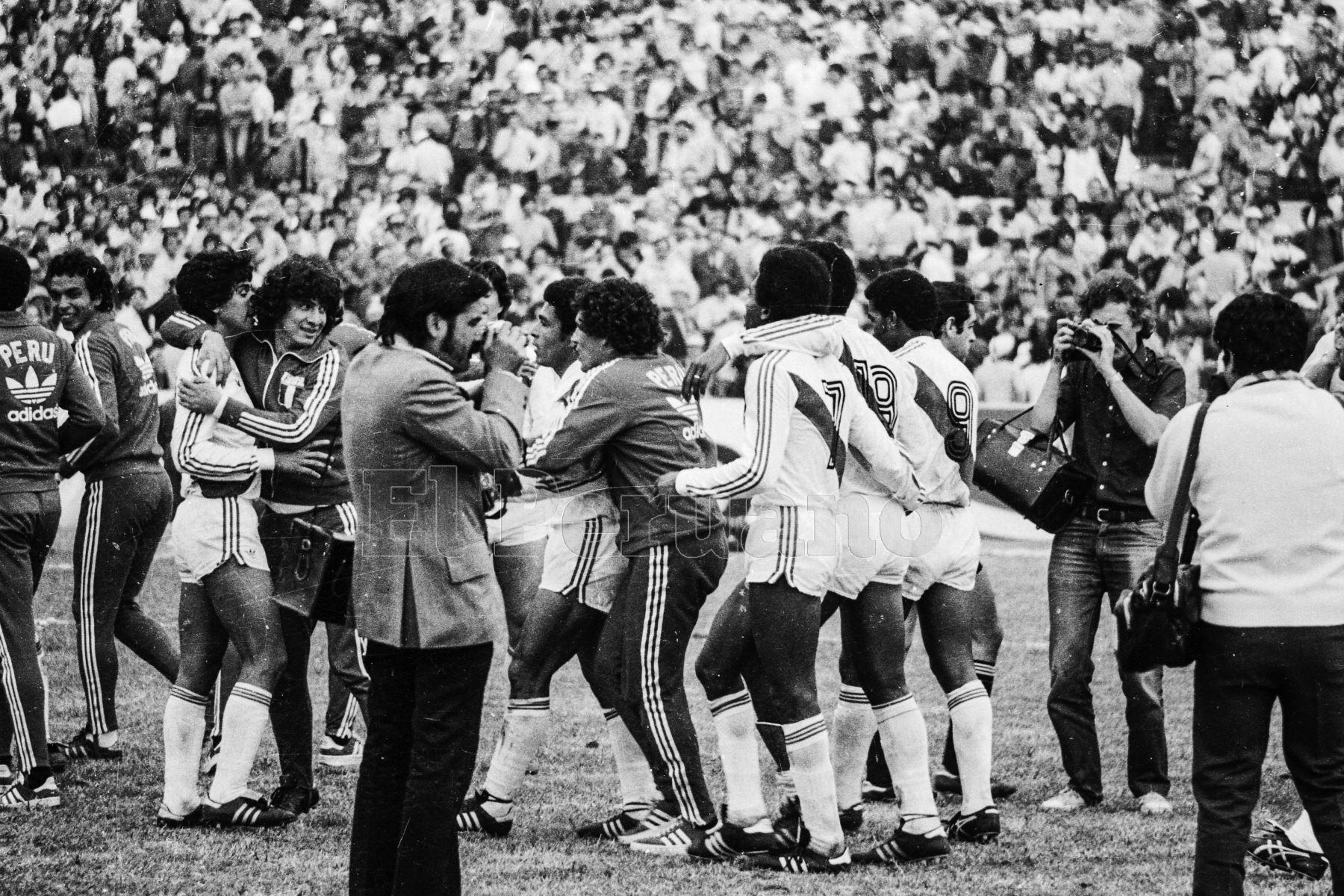 Montevideo, Uruguay - 23 agosto 1981 / Perú alcanzó la punta del Grupo 2 de las eliminatorias sudamericanas al vencer a Uruguay por 2-1 y quedó a sólo un punto de clasificar al mundial de España 82. Los jugadores peruanos celebran en el mítico estadio Centenario.Foto: Archivo El Peruano/ Rómulo Luján