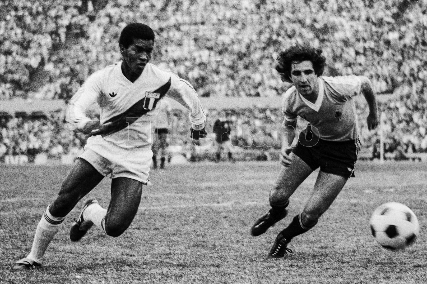 Montevideo, Uruguay - 23 agosto 1981 / El volante Julio César Uribe  fue la figura del partido que Perú le ganó a Uruguay por 2-1 en el estadio Centenario. Los peruanos alcanzaron la punta del Grupo 2 de las eliminatorias sudamericanas y quedaron a un punto de clasificar al Mundial de España 82.Foto: Archivo El Peruano/ Rómulo Luján