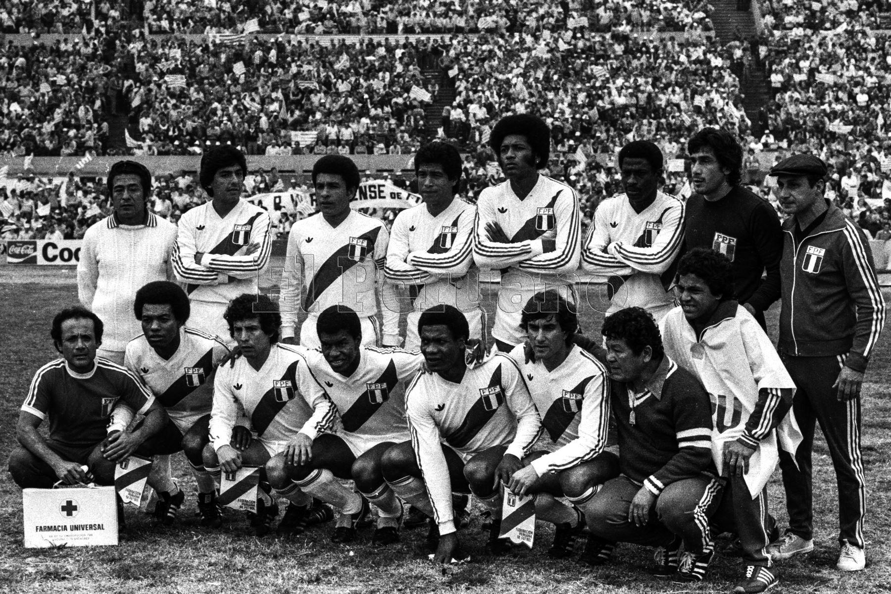 Montevideo, Uruguay - 23 agosto 1981 / Formación de la selección peruana de fútbol que hoy alcanzó la punta del Grupo 2 de las eliminatorias sudamericanas  para el Mundial de España 82 al vencer a Uruguay por 2-1 en el mítico Estadio Centenario.Foto: Archivo El Peruano/ Rómulo Luján