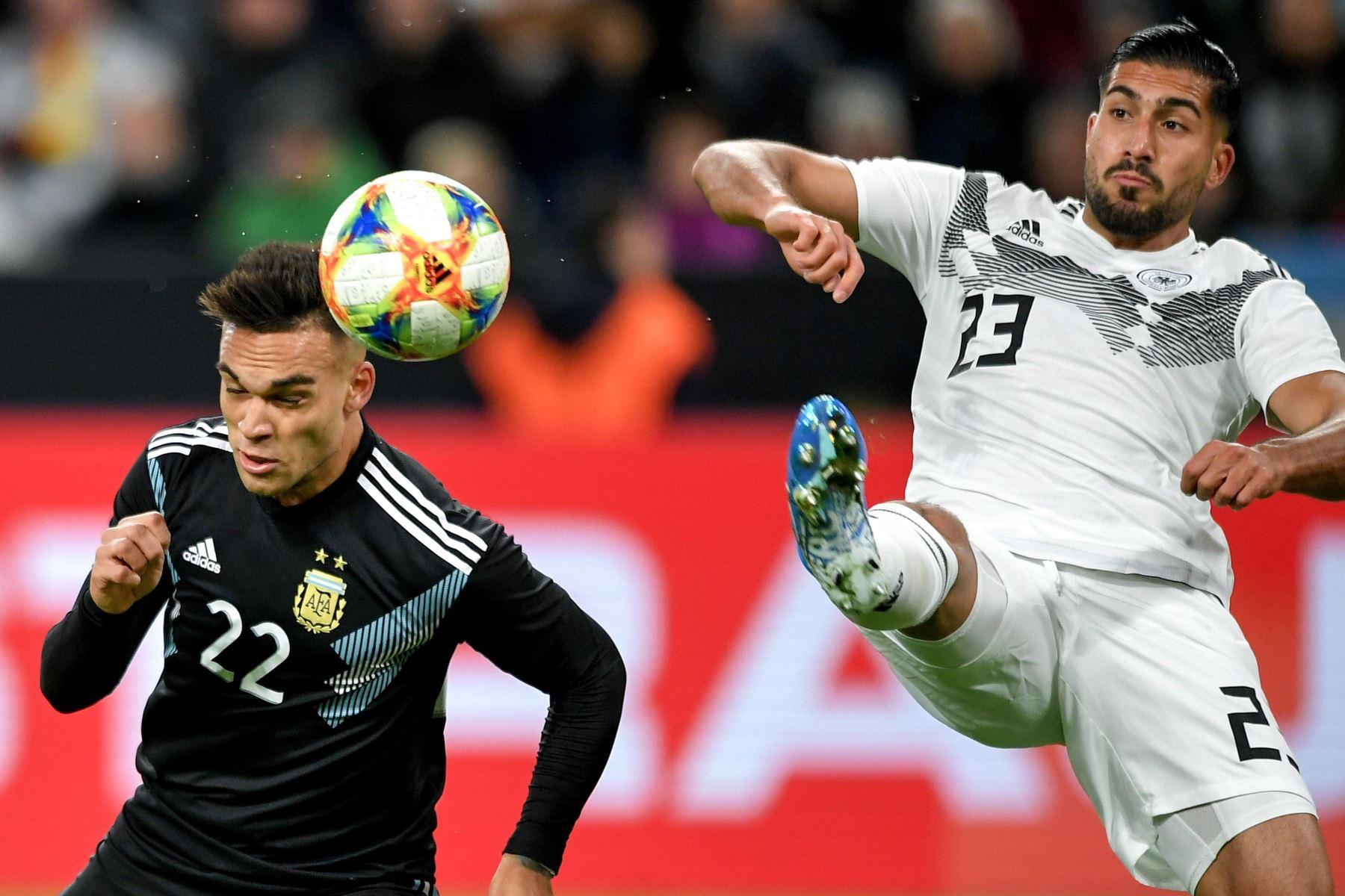El argentino Lautaro Martínez (L) en acción contra el alemán Emre Can (R) durante el partido amistoso de fútbol internacional entre Alemania y Argentina en Dortmund. Foto: EFE