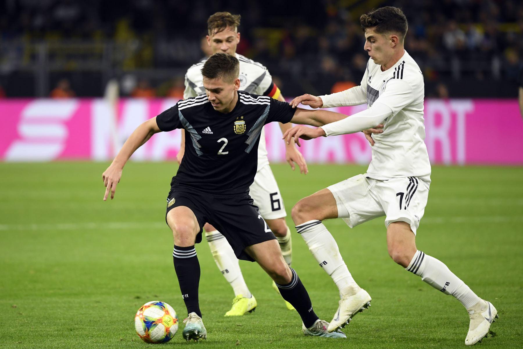 El argentino Juan Foyth, el centrocampista alemán Joshua Kimmich y el centrocampista alemán Kai Havertz (L-R) compiten por el balón durante el partido amistoso de fútbol Alemania Vs. Argentina en Dortmund. Foto: AFP