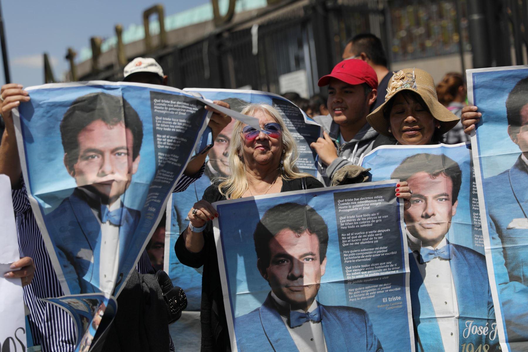 Personas esperan el arribo de los restos del cantante José José este miércoles, en la Basílica de Guadalupe. Foto. EFE