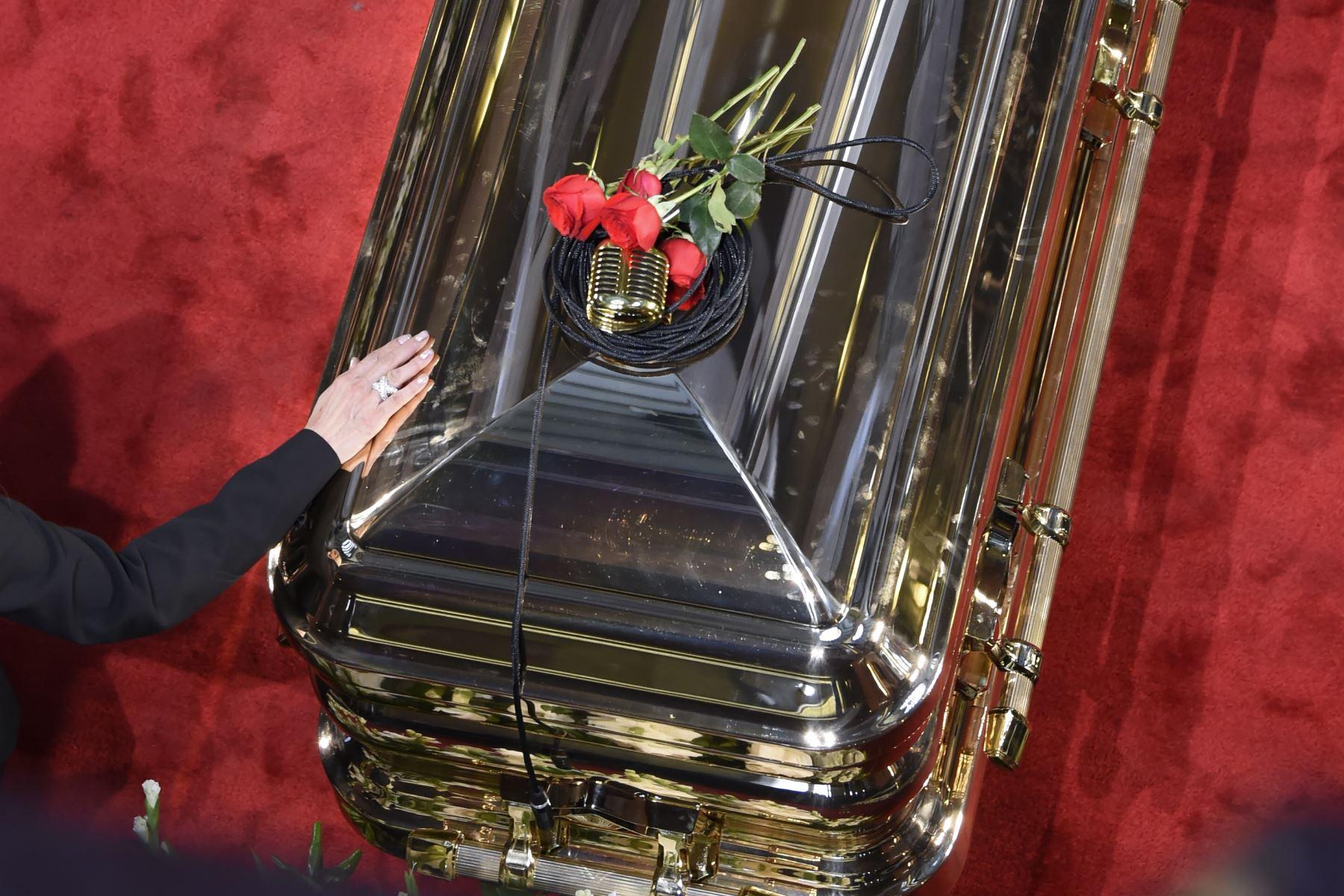Un micro y rosas se ven en la parte superior del ataúd de la leyenda del canto mexicano fallecido, José José, durante un homenaje en el Palacio de Bellas Artes de la Ciudad de México. Foto: AFP