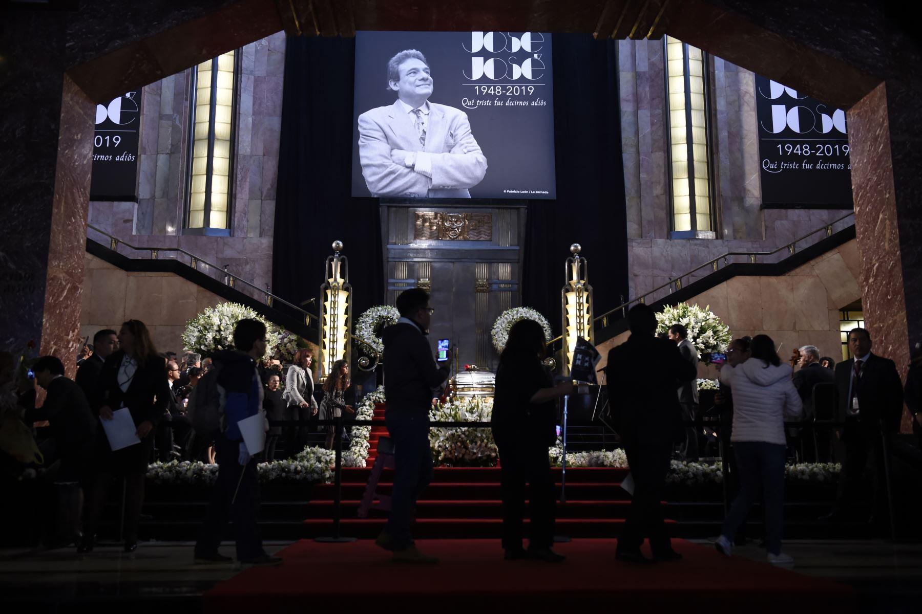 Los fanáticos se alinean para rendir homenaje al fallecido cantante mexicano José José en el Palacio de Bellas Artes de la Ciudad de México. Foto: AFP