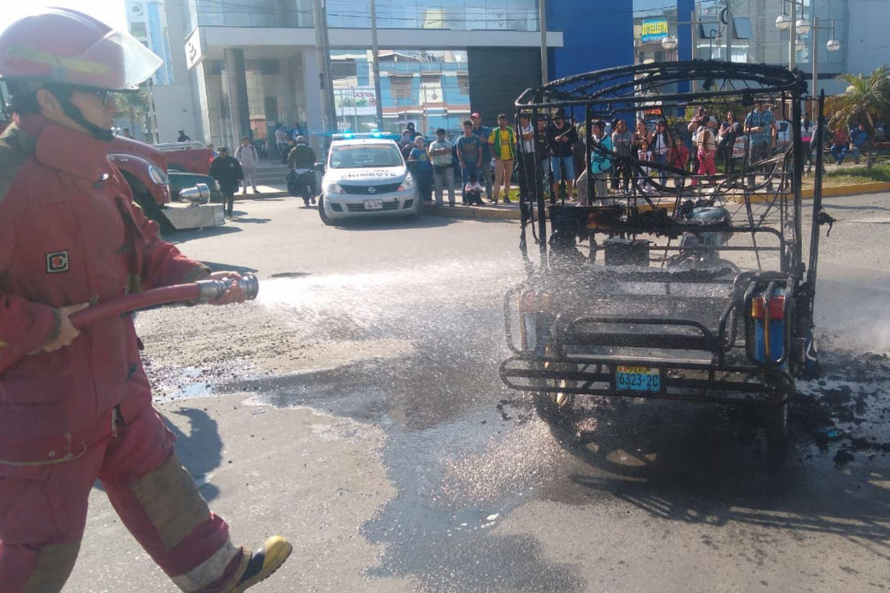 Bomberos y agentes de seguridad ciudadana sofocaron el incendio de un mototaxi a escasos metros de la plaza mayor del distrito de Nuevo Chimbote (Áncash). Foto: ANDINA/Gonzalo Horna