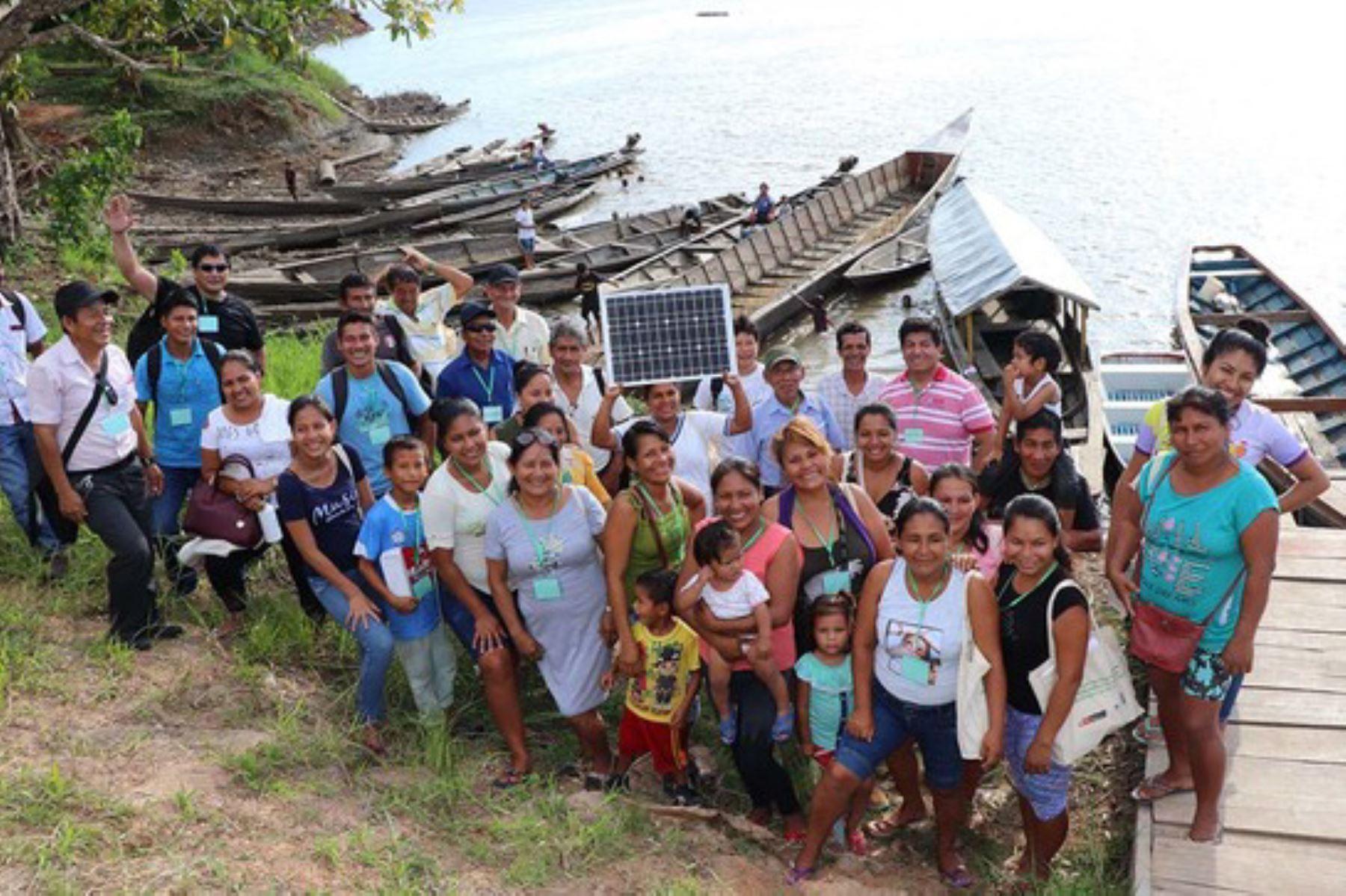 Pobladoras de Mazán (Loreto) aprenden sobre el uso, manejo y sostenibilidad de tecnologías limpias, como sistemas fotovoltaicos domésticos y cocinas mejoradas.