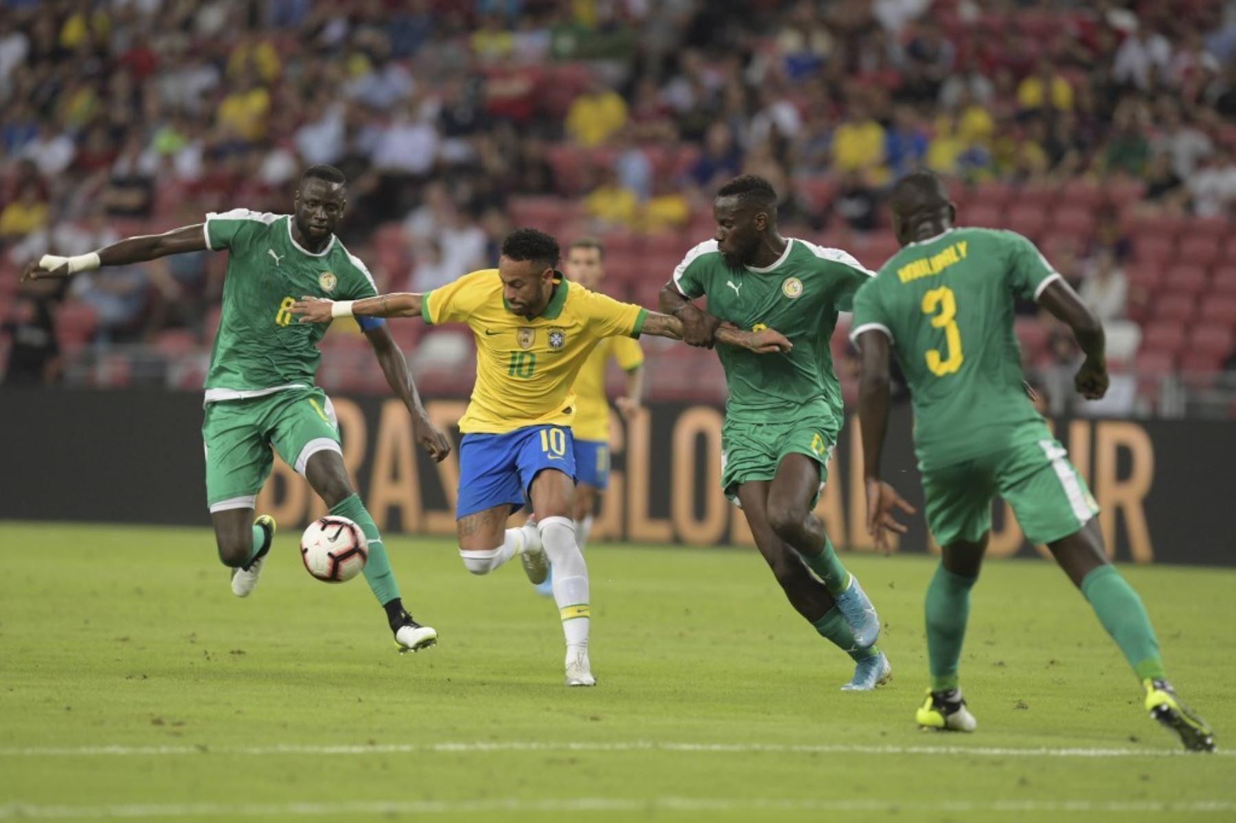 Neymar lucha el balón con la defensa de Senegal