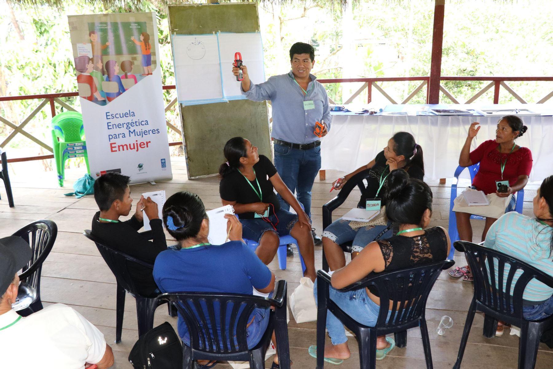 Especialistas del Ministerio de Energía y Minas capacitan en energías limpias a mujeres de comunidades rurales de Loreto. ANDINA/Difusión