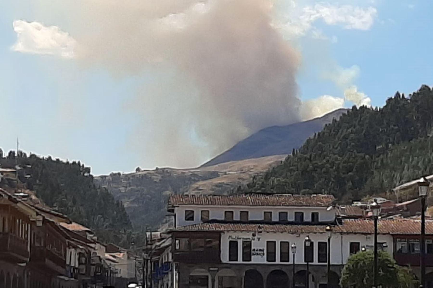 Desde las 13:00 horas de hoy se registra un incendio forestal en el distrito de Poroy, en la zona nota de la ciudad del Cusco,