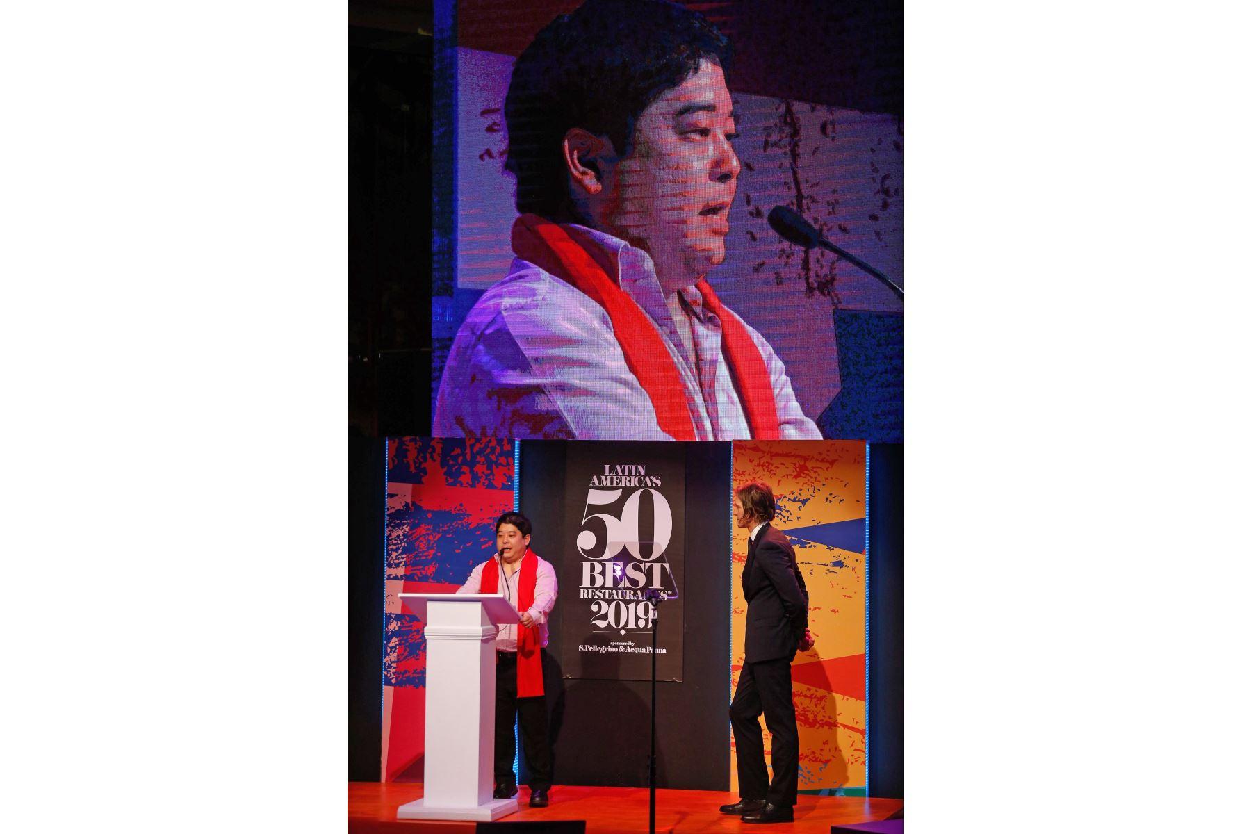 Mitsuharu Tsjumura celebra tras obtener el primer lugar en la entrega de los Latin Americas 50 best Restaurants, por su restaurante Maido de Peru, este jueves, en la Usina del Arte, en Buenos Aires. Foto: EFE