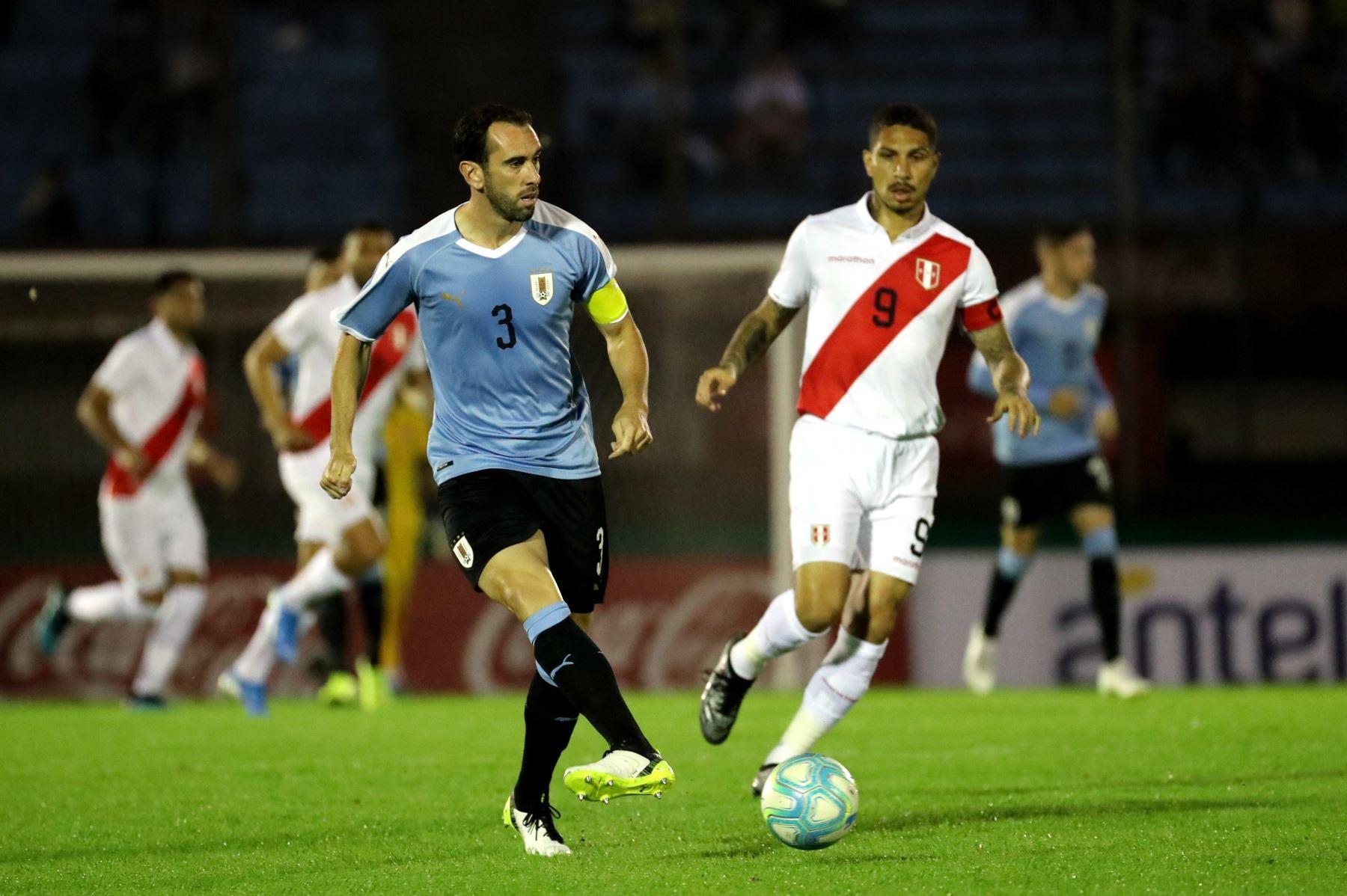 Diego Godín de Uruguay lanza un pase en partido amistoso disputado en estadio Centenario de Montevideo. Foto: EFE