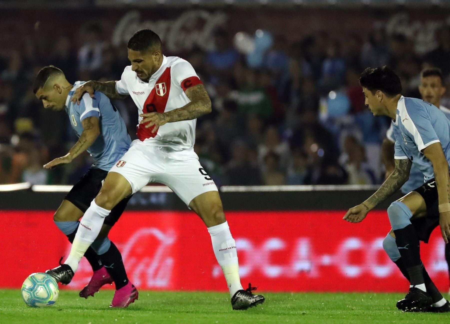 Paolo Guerrero se enfrenta a la defensa uruguaya en partido amistoso disputado en el estadio Centenario de  Montevideo. Foto: EFE