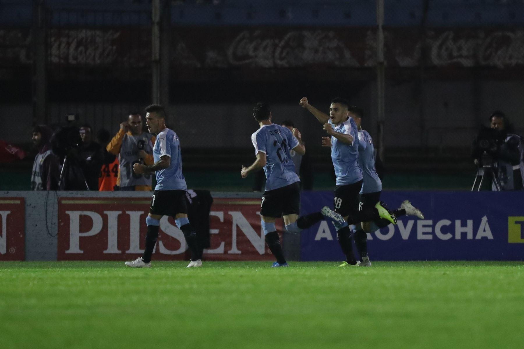 Jugadores de Uruguay celebran primer gol del encuentro. Foto: EFE