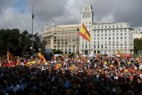 Miles de personas se manifestaron este sábado en Barcelona por la unidad de España. Foto: AFP.