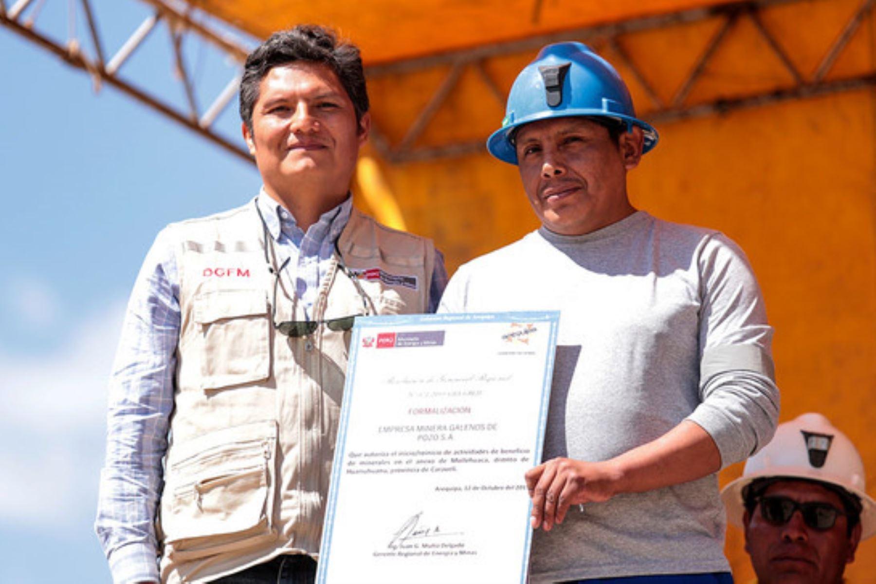 El titular de la Dirección General de Formalización Minera (DGFM), Lenin Valencia, entregó las resoluciones de inicio de actividades mineras en beneficio de 433 mineros socios.