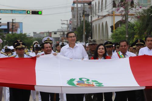 El presidente Martin Vizcarra, participa en el paseo de la bandera como parte de las actividades por el aniversario de Pucallpa