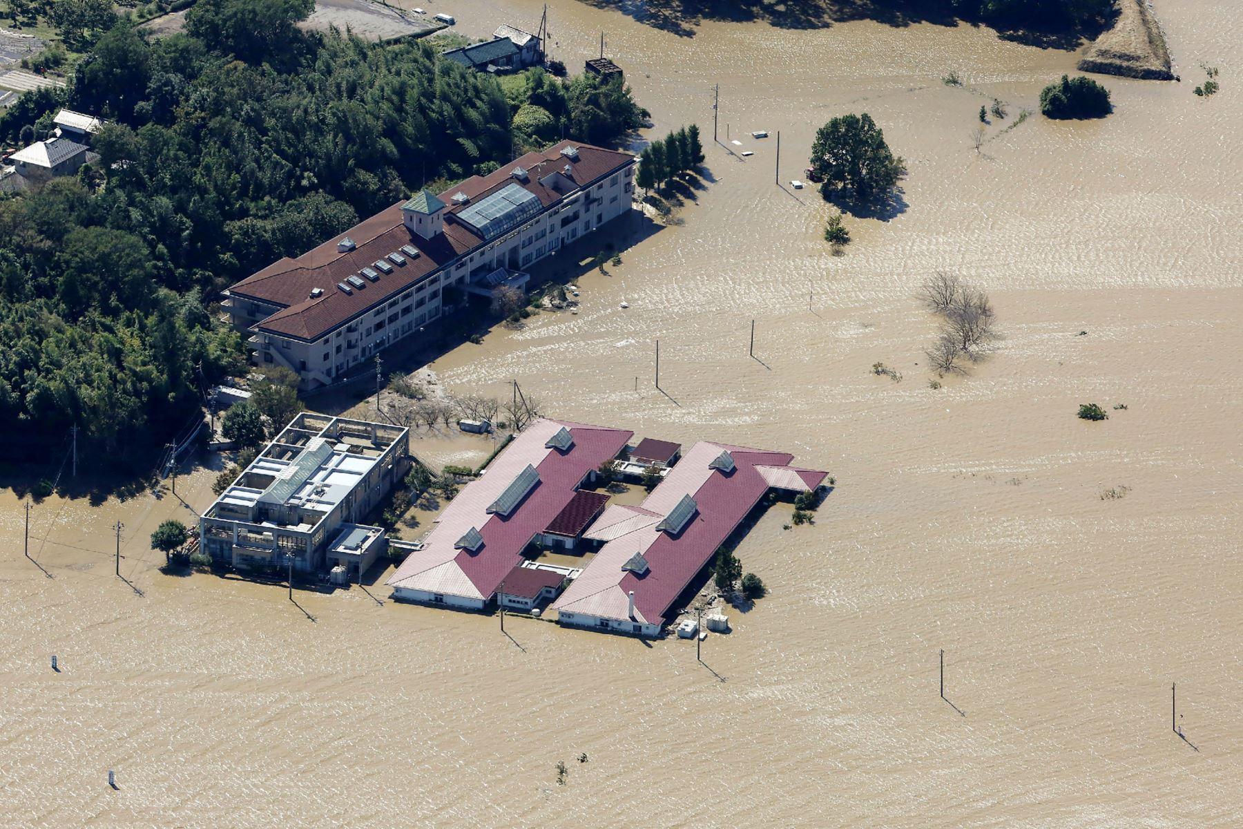 Vista aérea muestra casas inundadas junto a la orilla  del río Chikuma en Nagano, un día después de que el tifón Hagibis barriera el centro y este de Japón. Foto: AFP