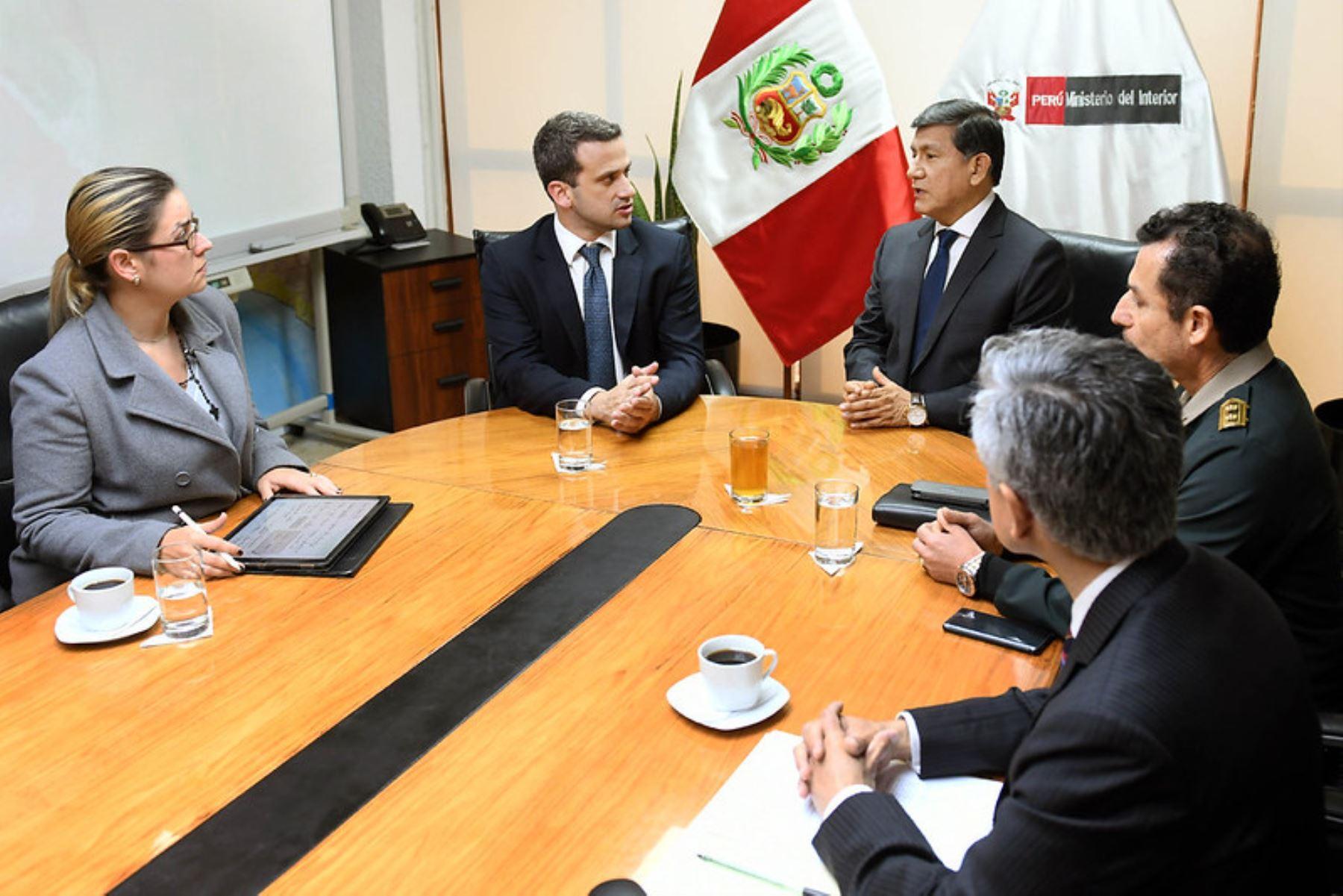 Titular del Interior se reunió con embajador de Venezuela y reafirmó que la lucha contra el crimen no distingue nacionalidad. Foto: Mininter