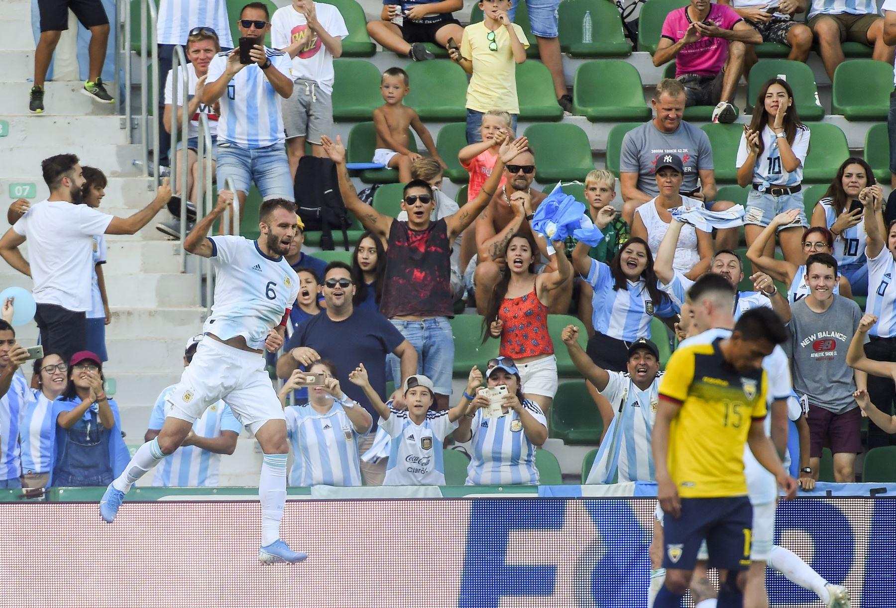 El defensor argentino German Pezella celebra tras anotación a Ecuador. Foto: AFP