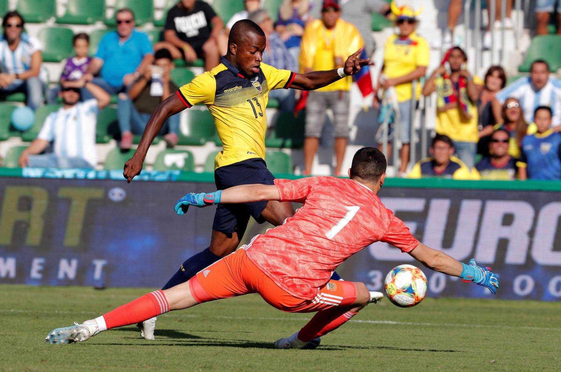 El guardameta argentino Agustin Marchesin intenta detener al delantero de Ecuador Enner Valencia en el partido amistoso disputado en estadio Martínez Valero, en España. Foto: EFE