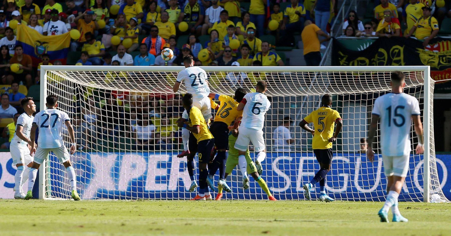 El delantero de argentino Lucas Alario marca de cabeza en goleada a  Ecuador . Foto: EFE