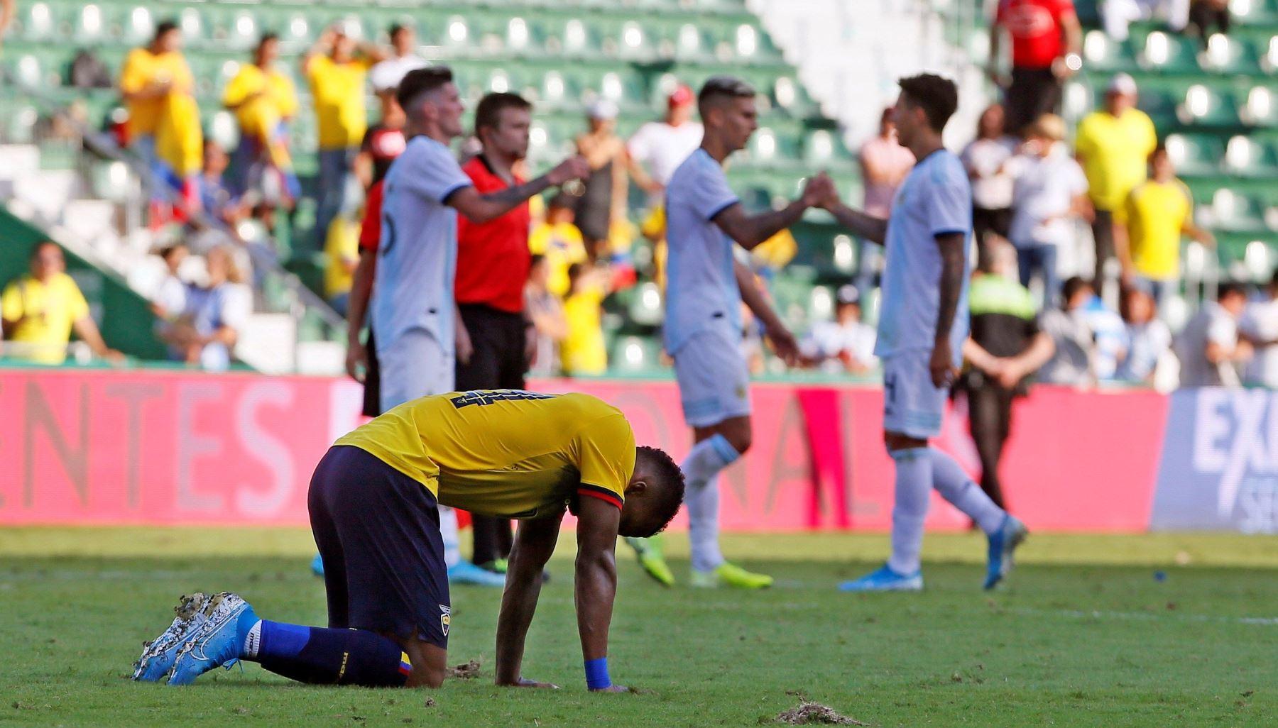 El jugador de ecuatoriano Darlo Aimar se lamenta tras goleada de Ecuador. Foto: EFE