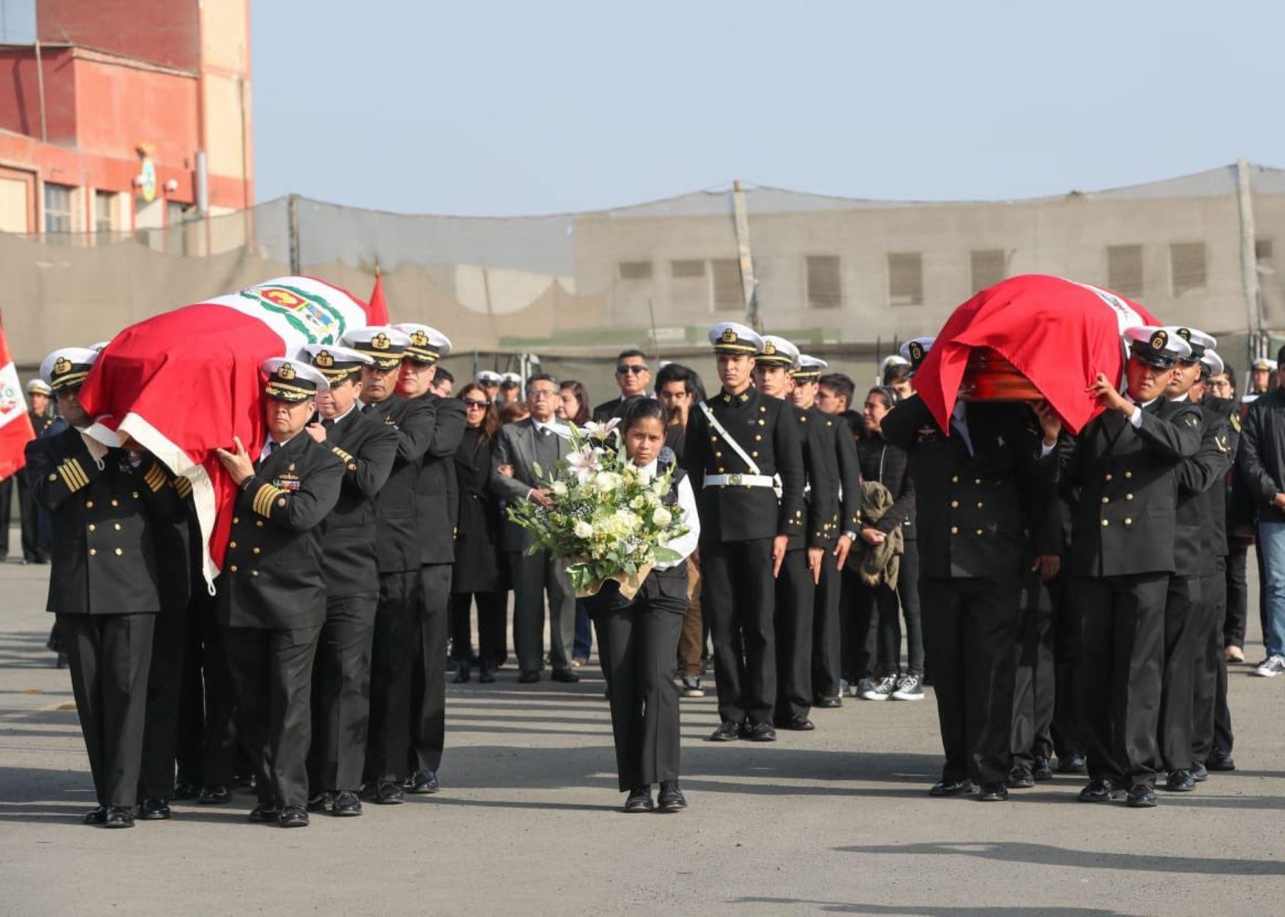 Ministro de Defensa, Walter Martos, recibió restos de capitán y comunicador fallecidos en Piura.