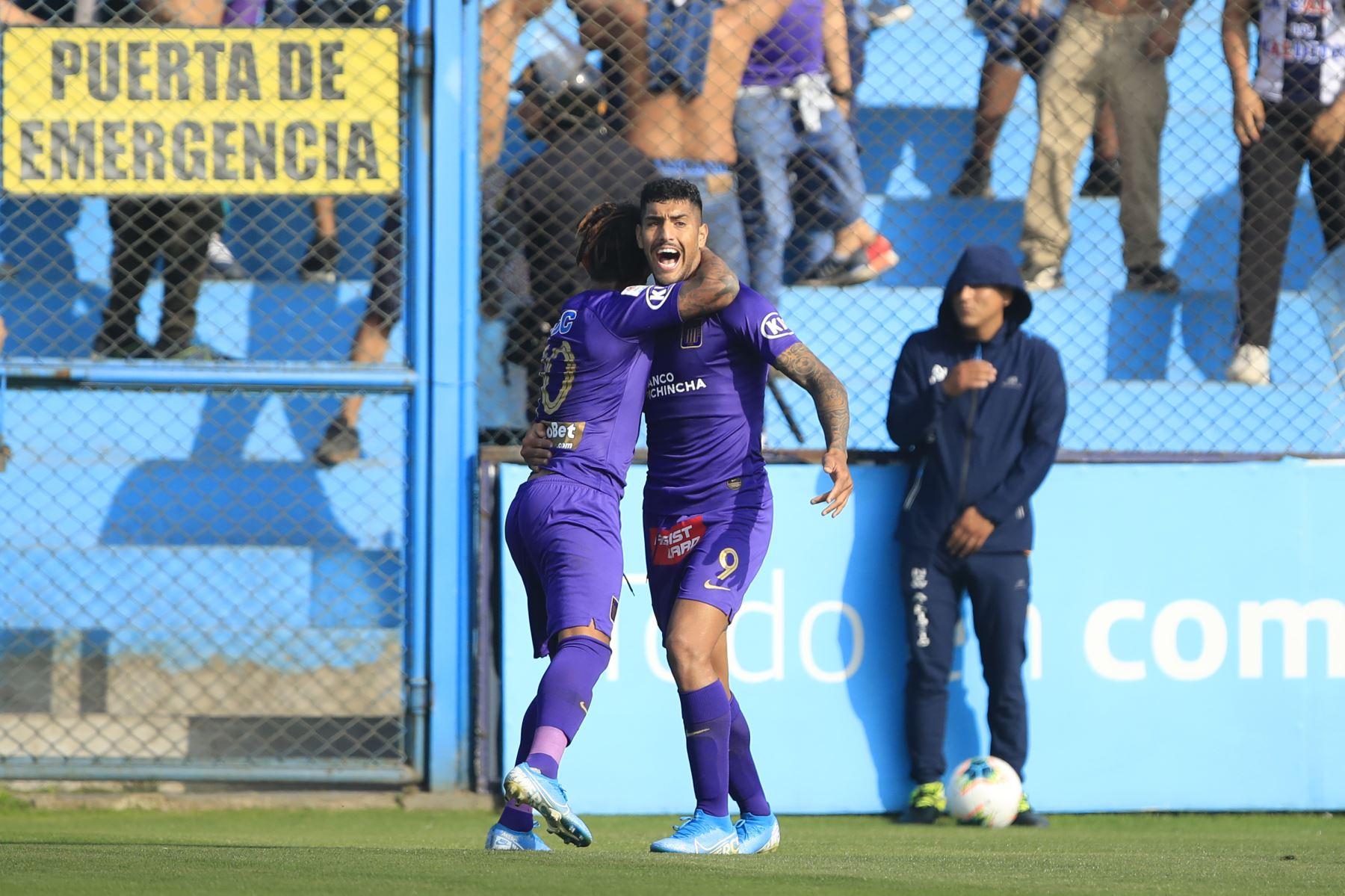 Celebración de Adrián Balboa de Alianza Lima luego de anotar un gol durante el partido contra San Martín jugado en el estadio Alberto Gallardo.          Foto: Andina/Juan Carlos Guzmán Negrini