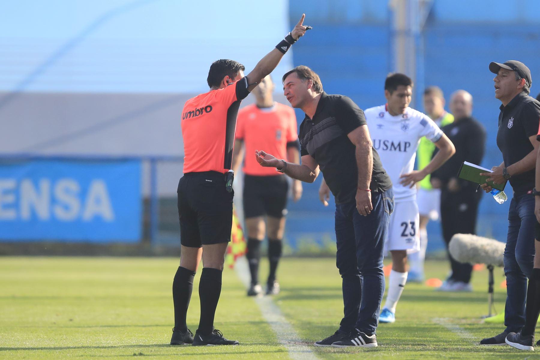 Entrenador de la San Martín, Carlos Bustos, reclamando al árbitro durante el partido contra Alianza Lima jugado en el estadio Alberto Gallardo.          Foto: Andina/Juan Carlos Guzmán Negrini