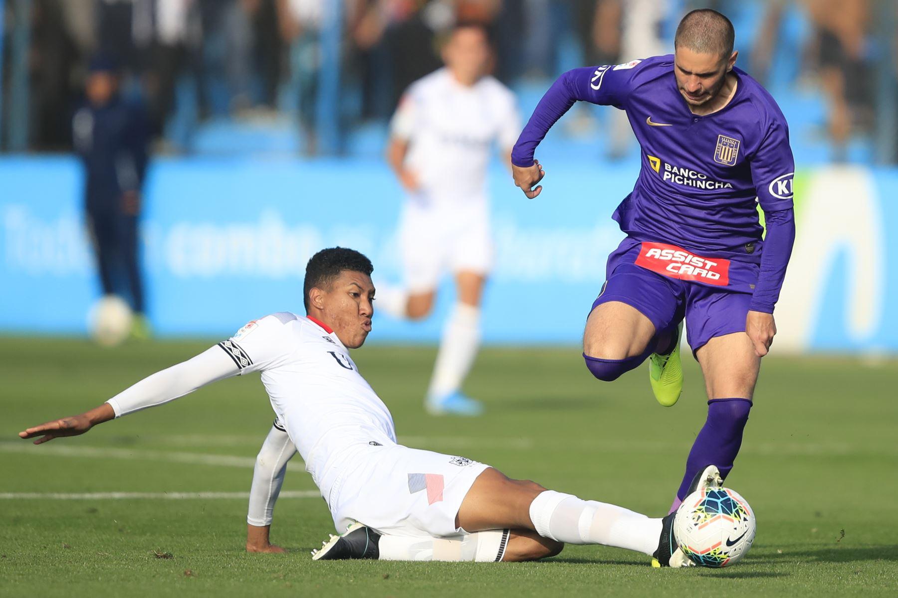 Felipe Rodríguez de Alianza Lima disputa el balón durante el partido contra San Martín jugado en el estadio Alberto Gallardo.          Foto: Andina/Juan Carlos Guzmán Negrini