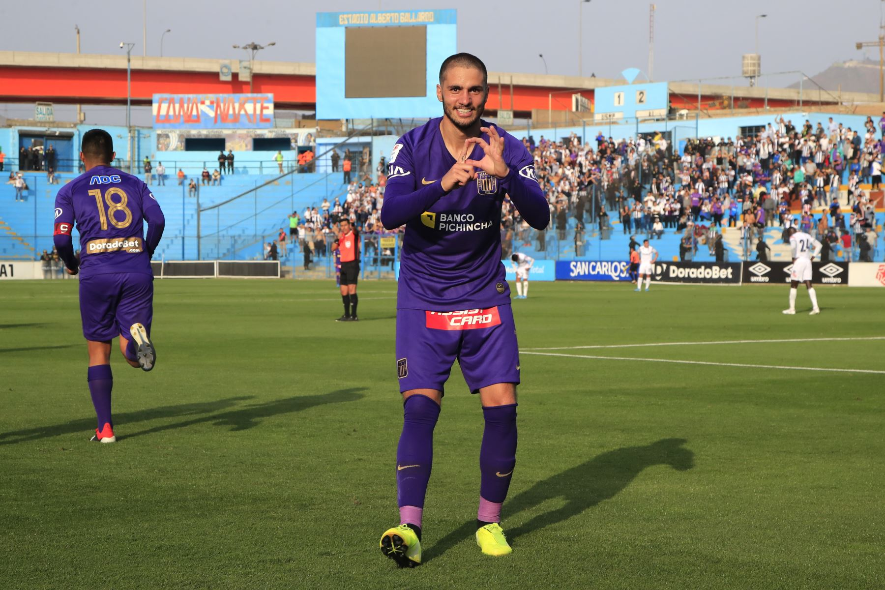 Celebración de Felipe Rodríguez de Alianza Lima luego de anotar  durante el partido contra San Martín jugado en el estadio Alberto Gallardo.          Foto: Andina/Juan Carlos Guzmán Negrini