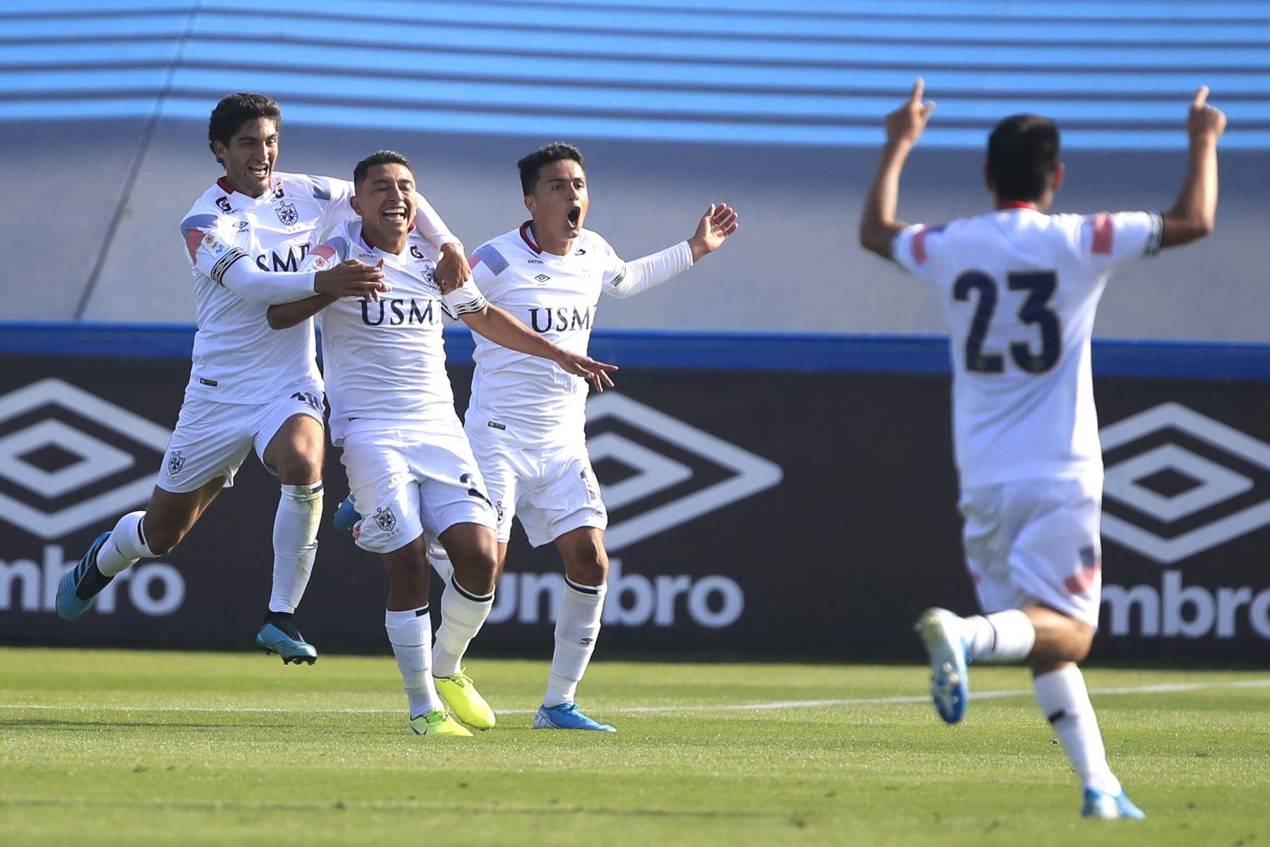 Celebración de Yamir Oliva de la San Martín luego de anotar  el primer gol durante el partido contra Alianza Lima jugado en el estadio Alberto Gallardo.          Foto: Andina/Juan Carlos Guzmán Negrini