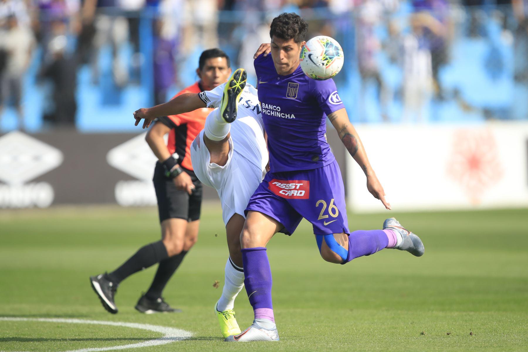 Hansel Riojas de Alianza Lima en disputa del balón con Yamir Oliva de la San Martín en partido disputado en el estadio Alberto Gallardo.       Foto: Andina/Juan Carlos Guzmán Negrini