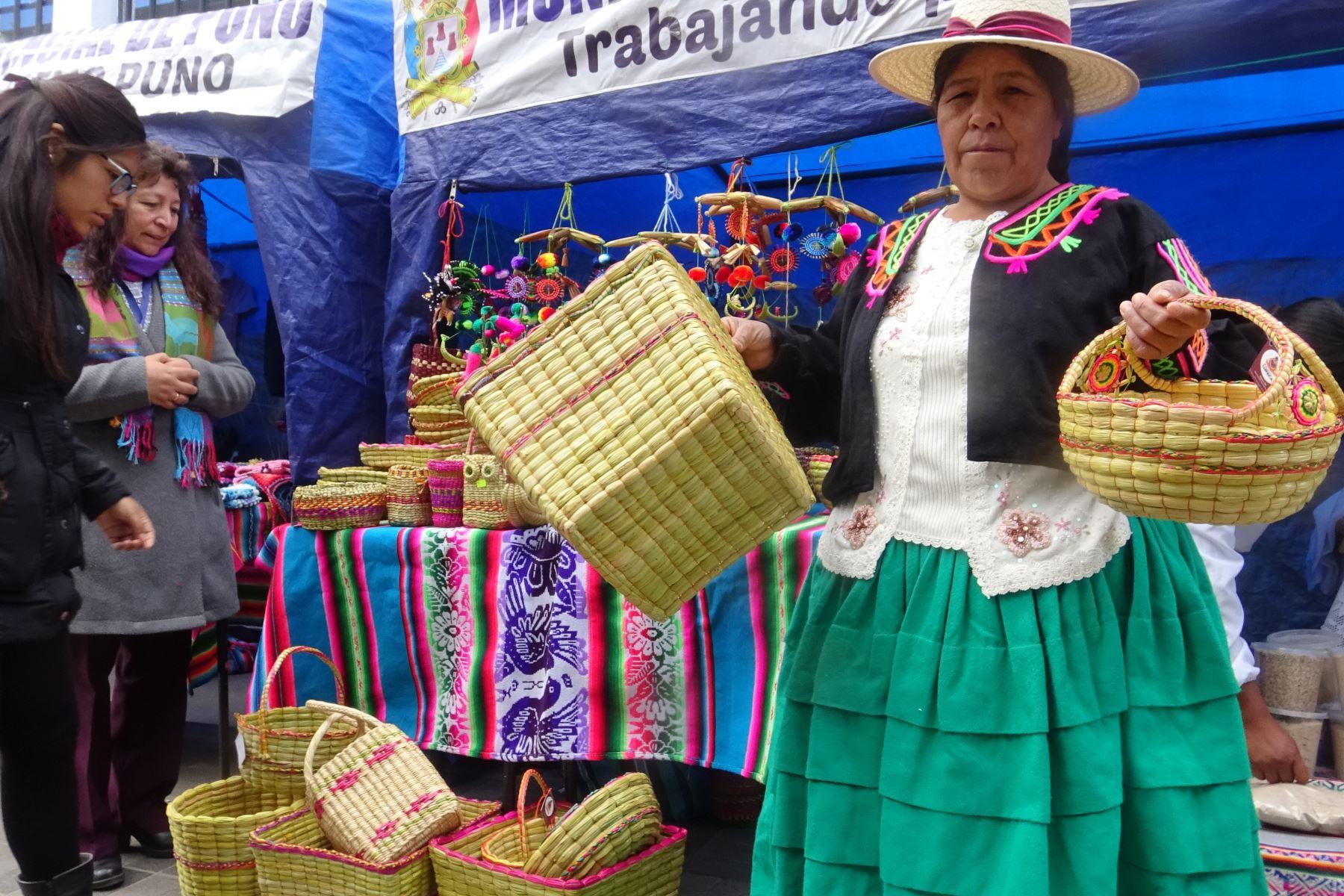 Artesanos de Puno elaboran canastas de totora para sustituir bolsas de plástico.Foto:  ANDINA