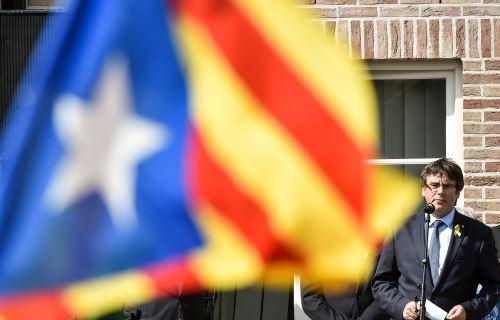 Un juez español emitió este lunes una nueva orden internacional de detención contra el expresidente catalán Carles Puigdemont. Foto: AFP
