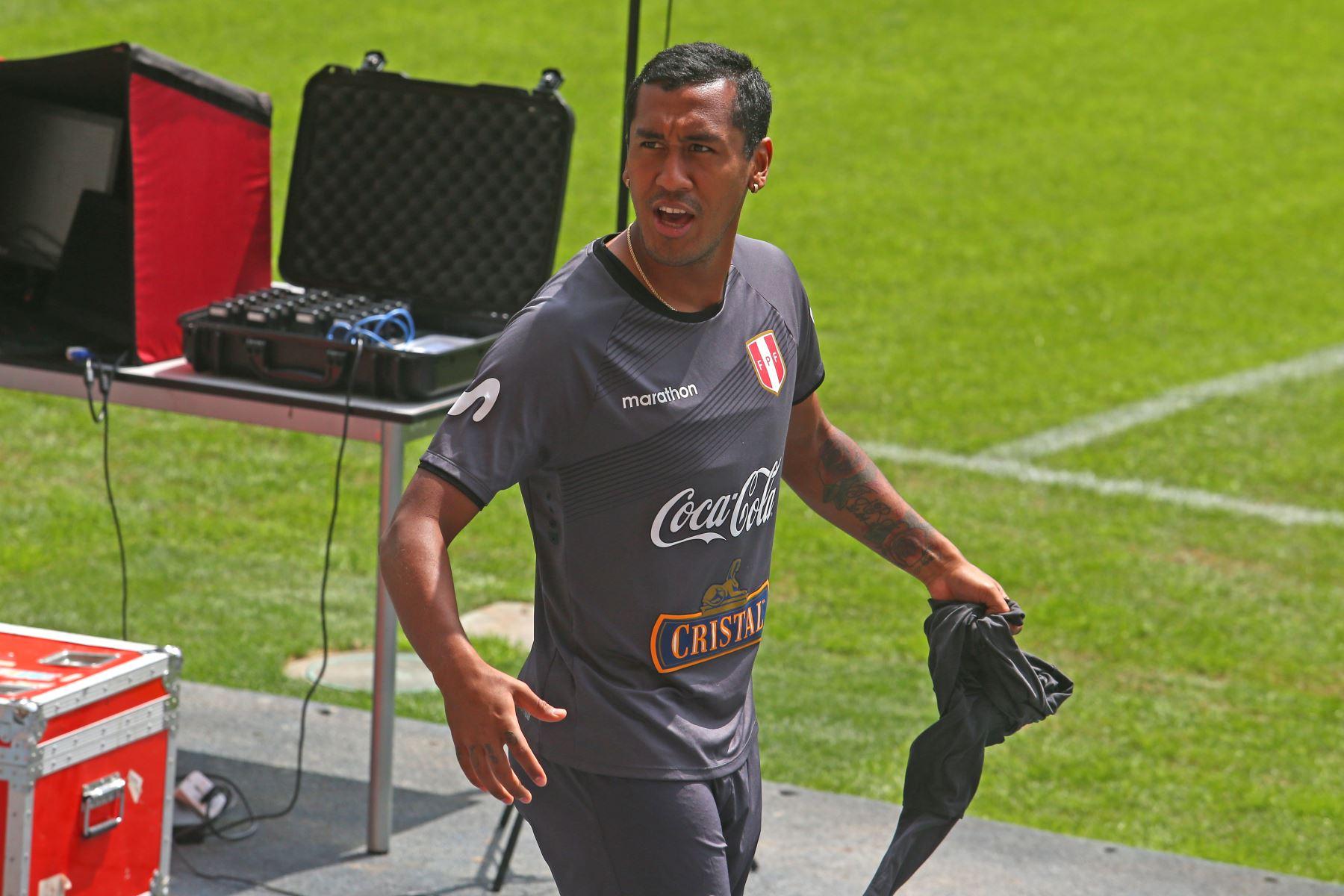 Renato Tapia, durante el entrenamiento de la selección peruana en el Estadio Nacional con miras al duelo que sostendrá ante su similar de Uruguay. Foto: ANDINA/Héctor Vinces