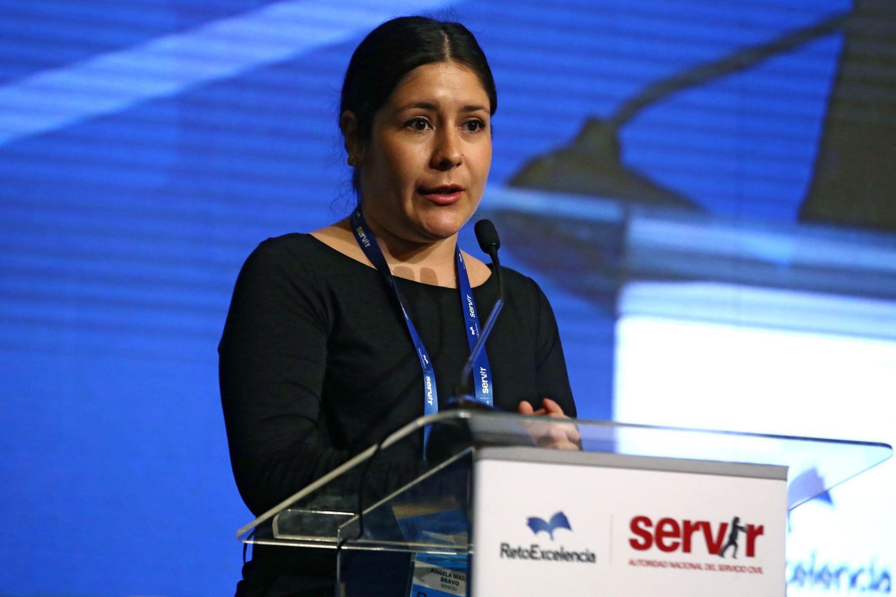 Angela María Bravo, del Minedu expone en eI Encuentro Nacional de Beneficiarios del programa Reto excelencia.  Foto: ANDINA/Vidal Tarqui