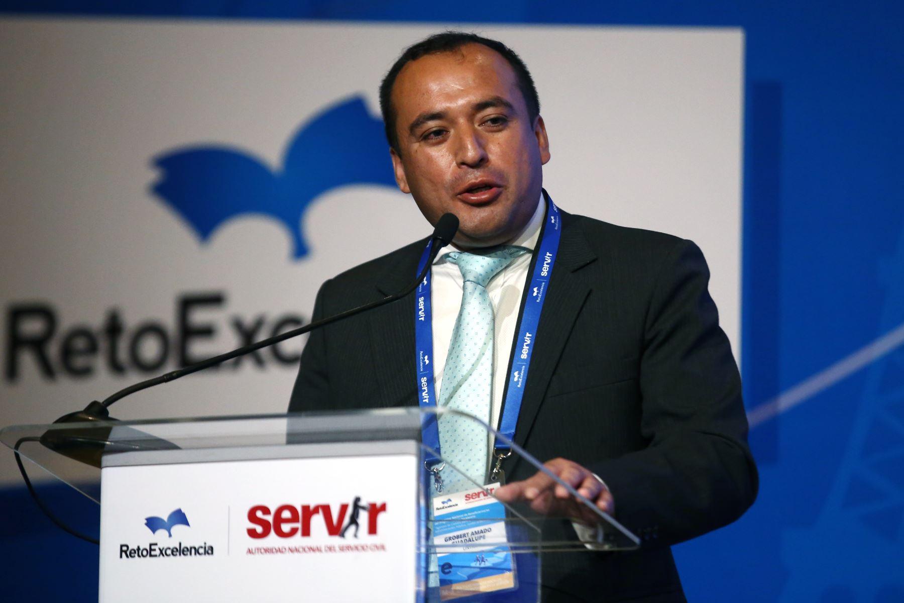 Grobert Amado Guadalupe, de UNTRM expone en el Encuentro Nacional de Beneficiarios del programa Reto excelencia.  Foto: ANDINA/Vidal Tarqui