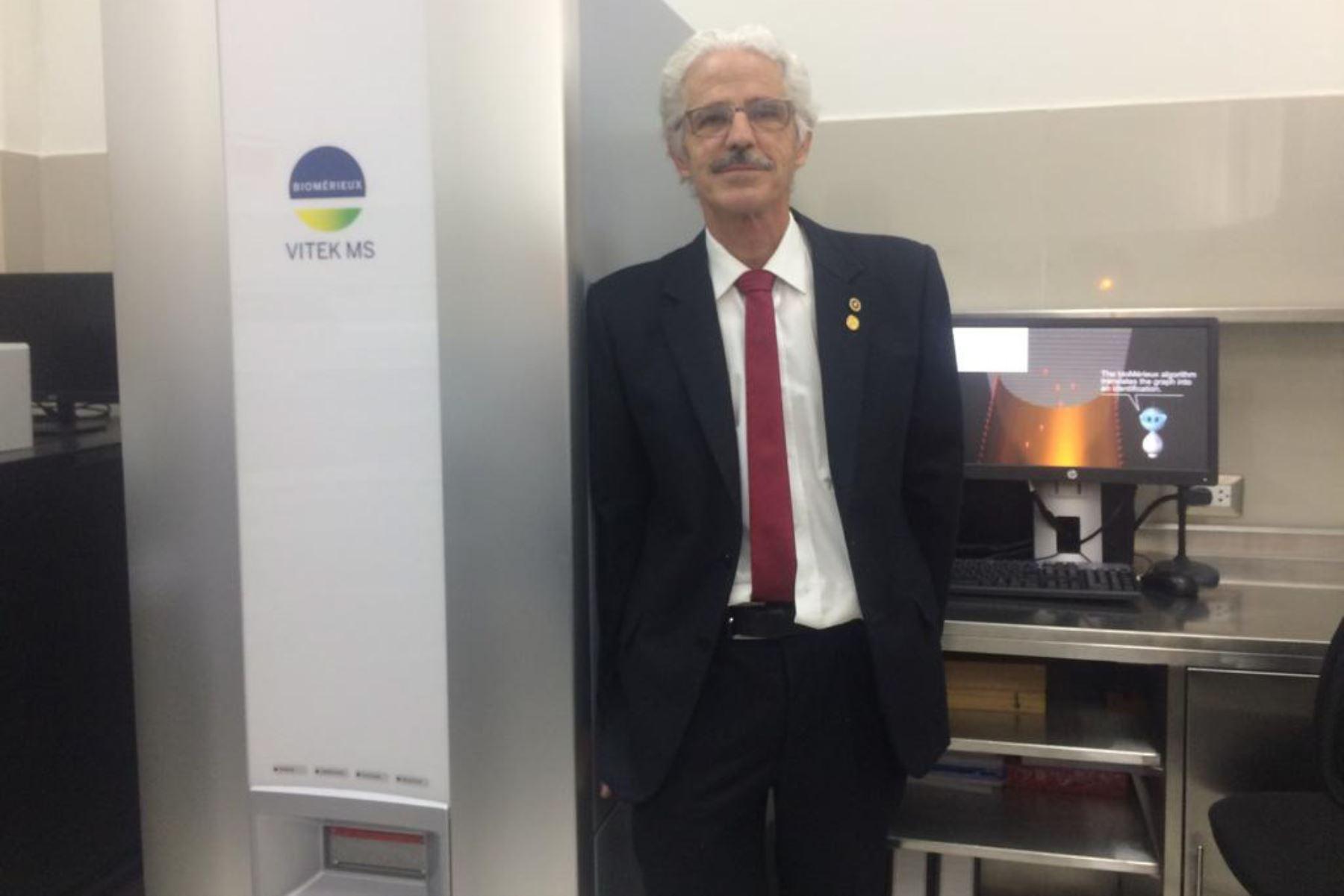 El responsable del equipo técnico del laboratorio de microbiología molecular, Jorge Ballón Echegaray, se identificarán con mayor rapidez las bacterias, hongos filamentosos y levaduriformes en muestras biológicas. Foto: ANDINA/Rocío Méndez