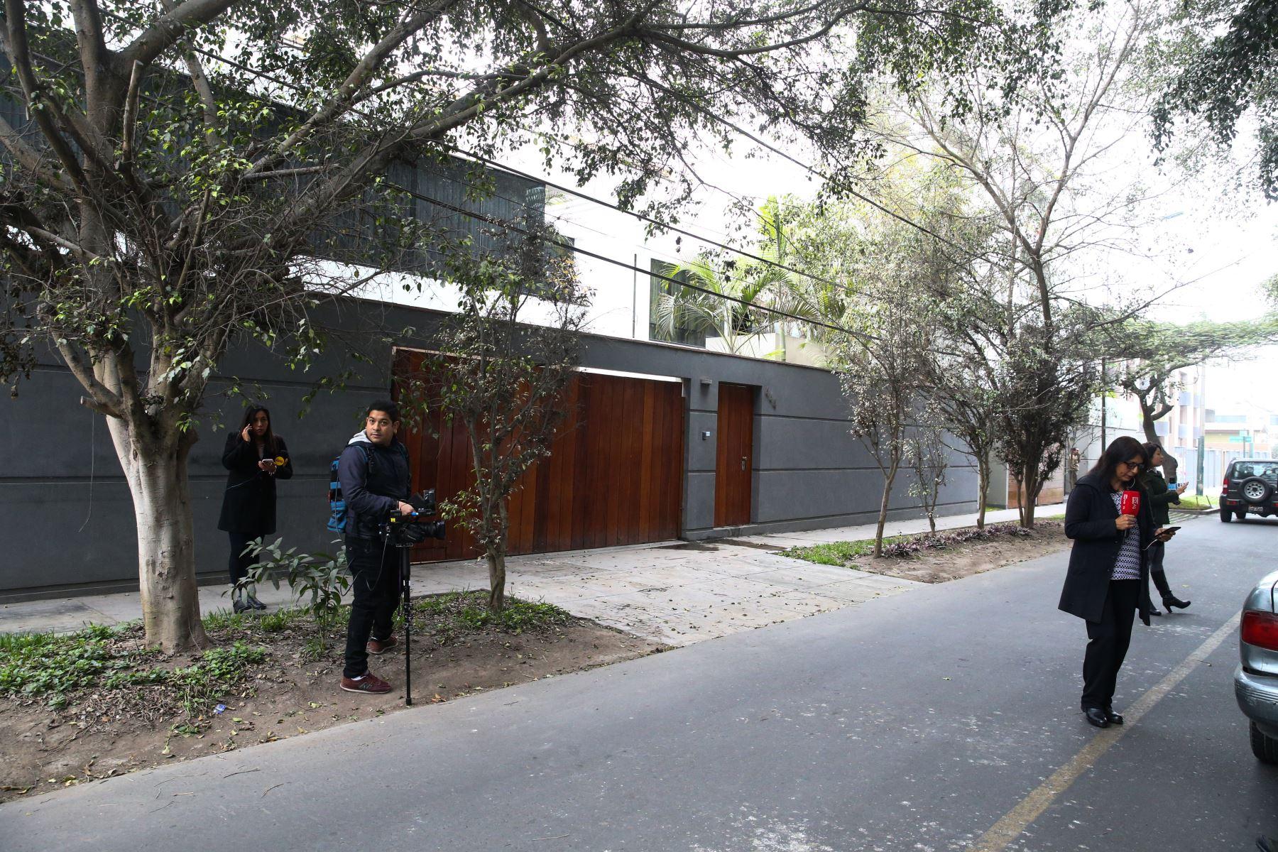 Un equipo de fiscales del equipo Lava Jato, liderado por Milagros Salazar, vienen realizado una diligencia de allanamiento a la vivienda del exalcalde de Lima, Luis Castañeda Lossio. Foto: ANDINA/ Vidal Tarqui