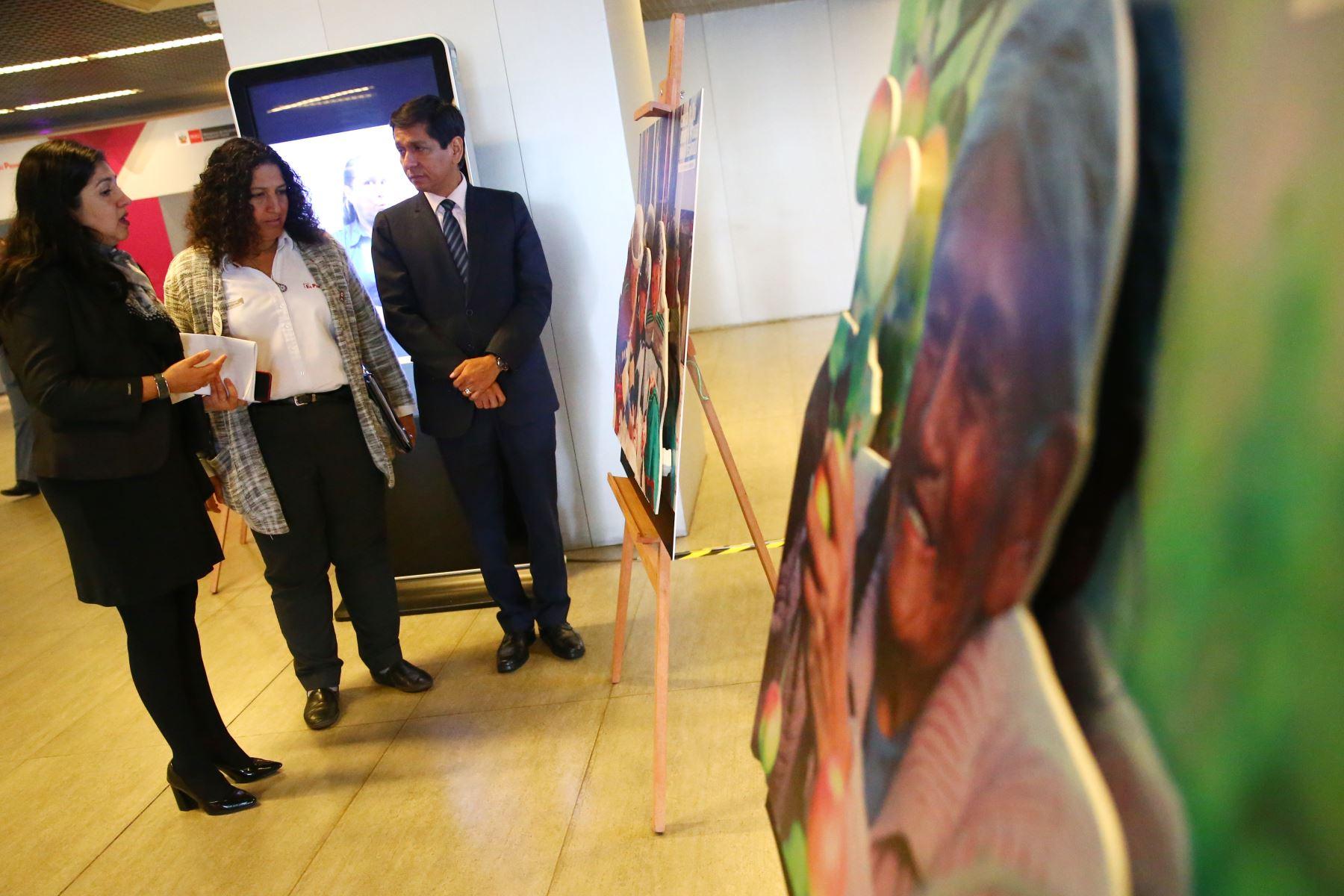 Ministro de Desarrollo e Inclusión Social junto a la ministra del Ambiente, Fabiola Muñoz  en la VIII Semana de la Inclusión Social. Foto: ANDINA/Melina Mejía