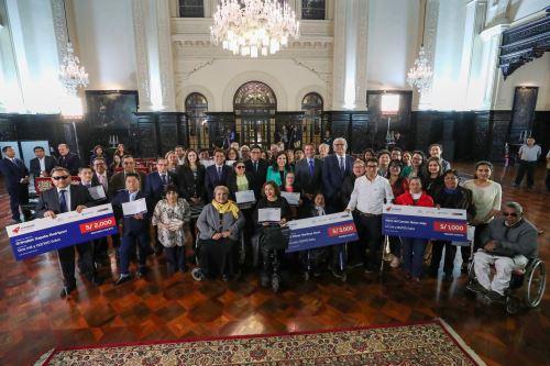 Presidente del Consejo de Ministros premió a mejores emprendedores con discapacidad