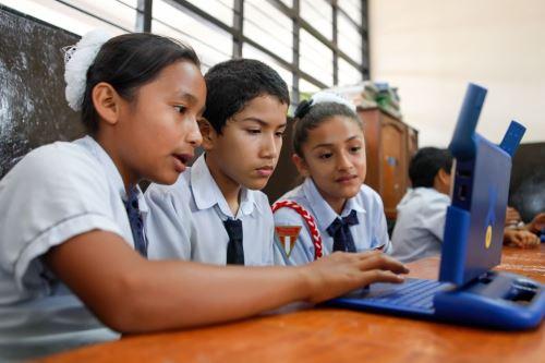 Escolares con computadoras con acceso a Internet. Foto: Cortesía