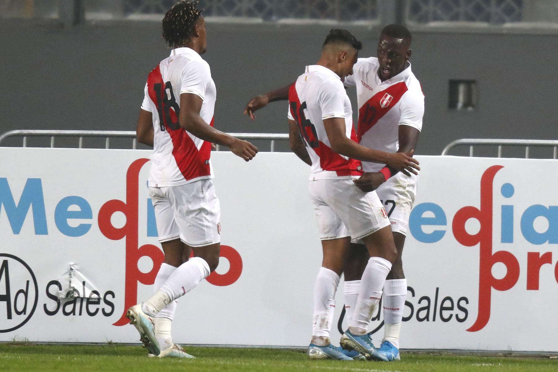 Luis Advíncula y Christofer Gonzáles de Perú celebran el primer tanto de Perú frente Uruguay durante el partido amistoso en el Estadio Nacional de Lima. Foto: ANDINA/ Carlos Lezama