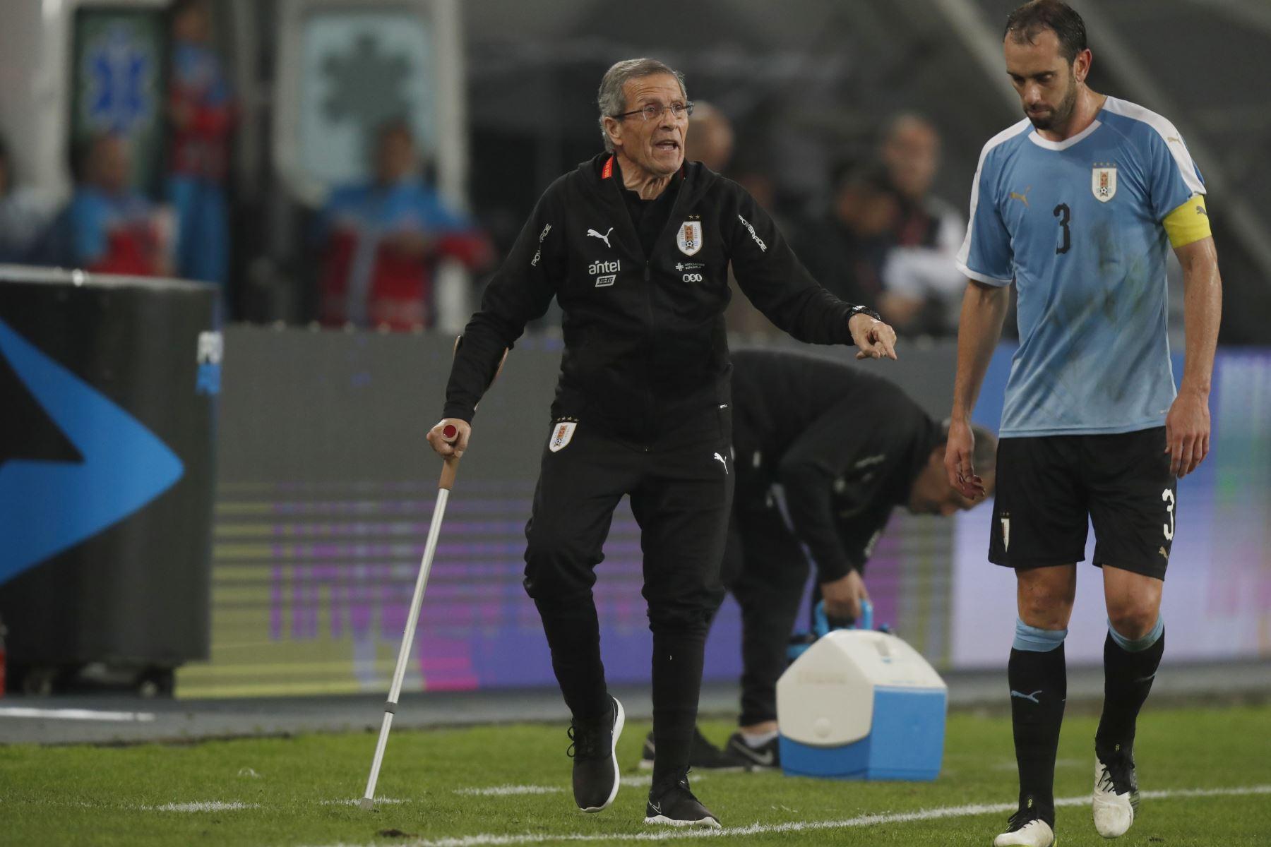 El entrenador uruguayo Óscar Tabárez alcanzó un hito con su selección al sumar 200 partidos al mando de la Celeste.Foto:ANDINA/ Carlos Lezama