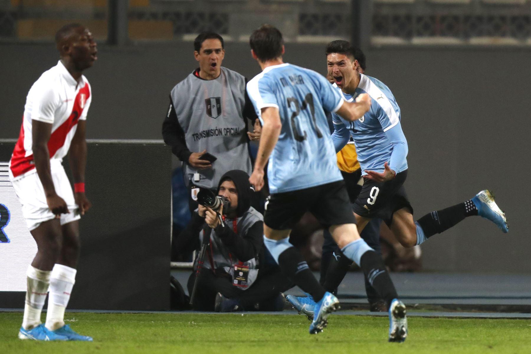Darwin Núñez de Uruguay celebra el gol del empate  en el partido amistoso jugado esta noche en el estadio Nacional de Lima.Foto:ANDINA/ Carlos Lezama